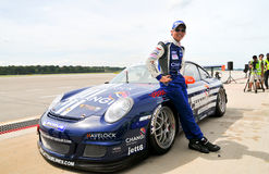 Yuey Tan posant avec sa Porsche Photographie stock libre de droits