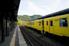 Yufuin,日本- 2017年5月13日:黄色JR Kyushu Railway Company颜色葡萄酒火车柴油汽车停止了在火车站 库存图片