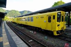 Yufuin,日本- 2017年5月13日:黄色JR Kyushu Railway Company颜色葡萄酒火车柴油汽车在路轨停止了在火车站 免版税库存照片