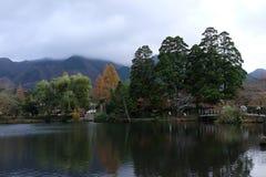 YUFUIN, FUKUOKA, JAPÓN - 23 de noviembre de 2015: Otoño hermoso del panorama en Yufuin Foto de archivo