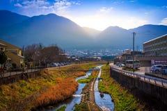 Yufuin Japan-11 Januari: Solnedgången av den Yufuin staden i Japan på 11 J Arkivbilder