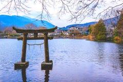 Yufuin, lac Kirinko, préfecture d'Oita, Japon 12 janvier : Torii en pierre Photographie stock