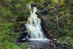 Yukankoski vattenfall (vitbroar) i Karelia Arkivbilder