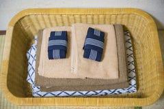 Yukata et serviette dans le panier image stock