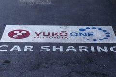 Yuko One Car Sharing met Toyota, straatadvertentie royalty-vrije stock afbeelding
