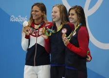 Yulia Efimova av Ryssland L, Lilly King och Catherine Meili av USA under medaljceremoni efter final för bröstsim för kvinna` s 10 Arkivfoto