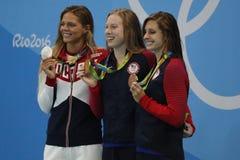 Yulia Efimova av Ryssland L, Lilly King och Catherine Meili av USA under medaljceremoni efter final för bröstsim för kvinna` s 10 Royaltyfri Fotografi