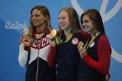 Yulia Efimova de Rússia L, Lilly King e Catherine Meili dos EUA durante a cerimônia da medalha após o final dos bruços do ` s 100 Imagem de Stock Royalty Free