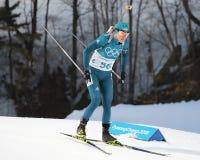 Yuliia Dzhima de Ucrania compite en individuo del ` s el 15km de las mujeres del biathlon en los juegos 2018 de olimpiada de invi Fotografía de archivo