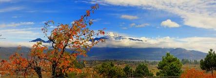 yulong chinois de neige de montagne de lijiang de ville images libres de droits