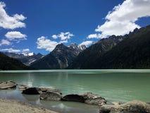 Yulong Raco sjö och Chola berg Arkivfoton