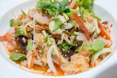yum salada picante tailandesa do alimento na bacia branca fotos de stock royalty free