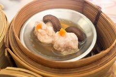 Yumcha,各种各样的汉语在中国餐馆蒸在竹火轮的饺子 在蒸汽篮子的Dimsum,香港本机食物 免版税库存照片