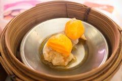Yumcha,各种各样的汉语在中国餐馆蒸在竹火轮的饺子 在蒸汽篮子的Dimsum,香港本机食物 免版税图库摄影