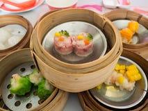 Yumcha, различный китаец испарилось вареник в бамбуковом распаровщике в китайском ресторане Dimsum в корзине пара, китайская еда Стоковое Фото