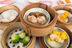 Yumcha, różnorodny chińczyk dekatyzował kluchę w bambusowym parostatku w chińskiej restauraci Dimsum w parowym koszu, Chiński jed Zdjęcia Royalty Free