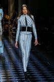Yumi Lambert chodzi pas startowego podczas Balmain przedstawienia Obraz Royalty Free