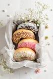Yummy και φρέσκα donuts με το γλυκό λούστρο στοκ εικόνες