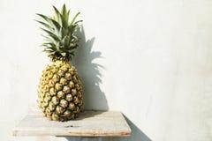Yummy żółty ananas w biel ściany tle z kopii przestrzenią fotografia royalty free