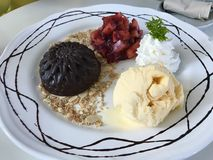 Yummy γλυκό στο άσπρο πιάτο Στοκ Εικόνες