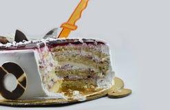 Yummy κέικ γενεθλίων βακκινίων, χρόνια πολλά, χρόνος να γιορτάσει, που απομονώνεται στο άσπρο υπόβαθρο Στοκ Φωτογραφία