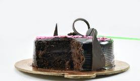Yummy κέικ γενεθλίων σοκολάτας, χρόνια πολλά, χρόνος να γιορτάσει, που απομονώνεται στο άσπρο υπόβαθρο Στοκ Φωτογραφίες
