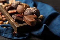 Yummy καραμέλες σοκολάτας στο δίσκο στοκ εικόνες