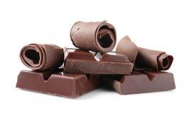 Yummy μπούκλες και κομμάτια σοκολάτας στο λευκό στοκ εικόνα