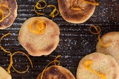 Yummy σπιτικά μπισκότα που διακοσμούνται με τη φλούδα λεμονιών και την τήξη ζάχαρης Στοκ Φωτογραφία