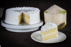 Yummy φρέσκο κέικ σφουγγαριών γάλακτος καλύμματος καρύδων με τη χαμηλή ζάχαρη Στοκ εικόνες με δικαίωμα ελεύθερης χρήσης