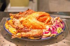 Yummy ψητό Τουρκία με τα λαχανικά και τα φρούτα κάτω από το κίτρινο επίκεντρο Στοκ Εικόνες