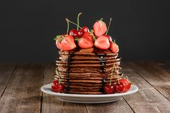 Yummy блинчики со свежими ягодами стоковые фотографии rf