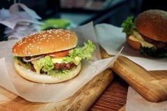 Yummy бургер cheeseburger или гамбургер сервировки с салатом и t Стоковое Изображение