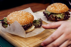Yummy бургер cheeseburger или гамбургер сервировки с салатом на wo Стоковые Изображения