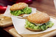 Yummy бургер cheeseburger или гамбургер сервировки с tomat салата Стоковое Изображение