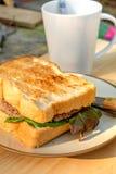 Yummy говядина и зажаренный сыром сандвич на круглом cream цвете plat Стоковые Фотографии RF