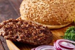 Yummy ингридиенты гамбургера художнически организованные на деревянной плите, конце-вверх, взгляд сверху, селективном фокусе Стоковые Фотографии RF