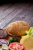 Yummy ингридиенты гамбургера художнически организованные на деревянной плите, конце-вверх, взгляд сверху, селективном фокусе Стоковая Фотография