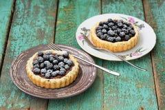 2 yummy домодельных торта с ежевиками и сахаром замороженности на ol Стоковое Изображение