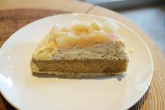 yummy пирог персика на таблице Стоковая Фотография RF
