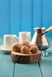 Yummy помадки шоколада на деревянных слябах с cezve и кофейными чашками Стоковое фото RF