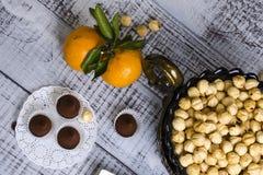 Yummy помадки шоколада с фундуком и tangerines Стоковая Фотография