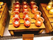 Yummy aardbeipudding in buffet van het hotel royalty-vrije stock afbeeldingen