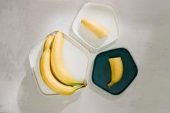 Yummy bananen en kom met plakken op houten achtergrond stock foto's
