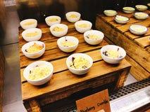 Yummy bosbessenkruimeltaart in buffet van het hotel stock fotografie