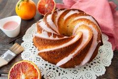 Yummy bundtcake met het berijpen royalty-vrije stock afbeelding
