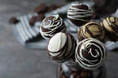 Yummy cake knalt met een laag bedekt met chocolade in glaskruik op lijst, close-up royalty-vrije stock foto