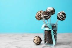 Yummy cake knalt met een laag bedekt met chocolade in het hoogtepunt van de glaskruik van koffiebonen op lijst stock fotografie