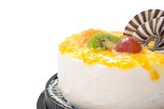 Yummy cake op wit met druivensinaasappel kiwifruit en chocolat, het knippen weg includede Stock Afbeeldingen
