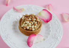 Yummy cake with pink roses Royalty Free Stock Images